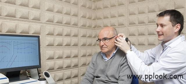 给老人配助听器