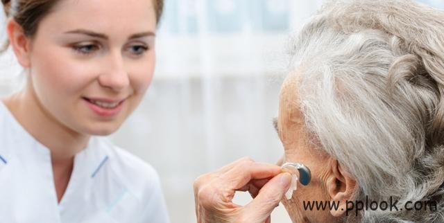 怎样给老人配助听器