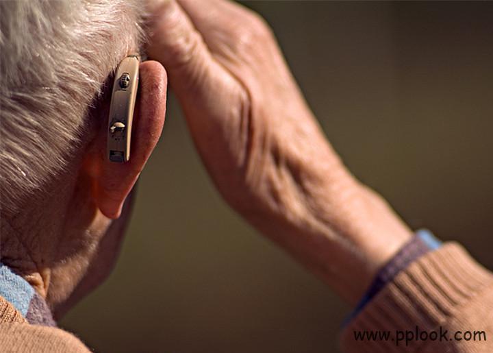 老人配助听器注意事项